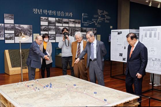 연세대의 4·19 60주년 관련 유물 전시회에서 옛 '4월혁명연구반' 주역 김달중·안병준 교수(왼쪽에서 넷째, 다섯째)가 이원규 학예연구사(왼쪽)의 설명을 듣고 있다. [사진 연세대박물관]