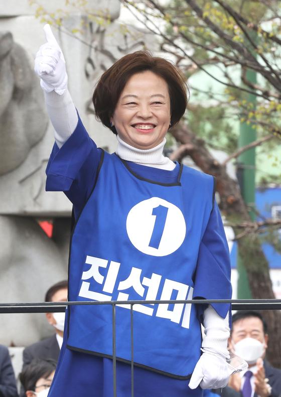 진선미 더불어민주당 강동구갑 후보가 12일 오후 서울 강동구 굽은다리역 인근에서 거리유세에 나서며 시민들에게 지지를 호소하고 있다. 뉴스1