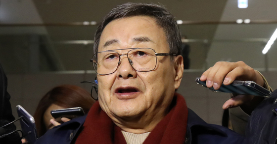 김준기 전 DB그룹(옛 동부그룹) 회장이 지난 10월 23일 새벽 인천국제공항을 통해 귀국한 뒤 체포돼 경찰서로 이송되고 있다. 연합뉴스