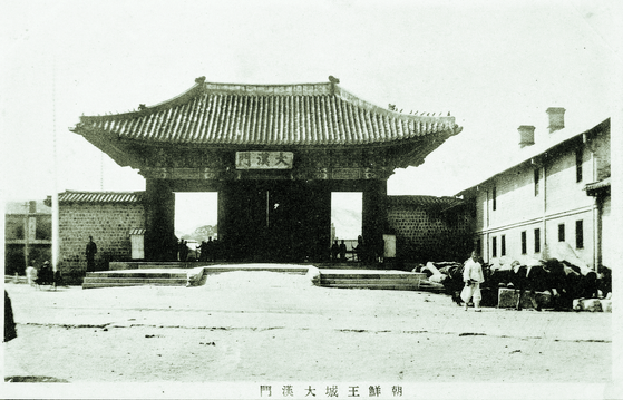 1910년 무렵 서울 경운궁 풍경이다. 대한문 앞으로 일제강점기 당시 사라진 월대가 보인다. 문화재청은 내년까지 월대를 복원 할 계획이다. [사진 문화재청]