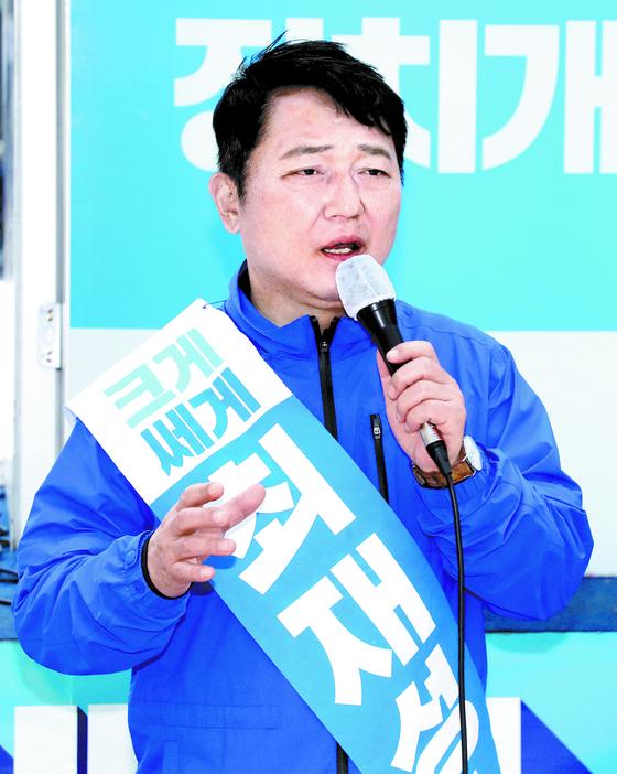기대를 모았던 여야 후보들이 총선에서 모두 고배를 들었다. 사진은 더불어민주당의 최재성(서울 송파을). [연합뉴스]