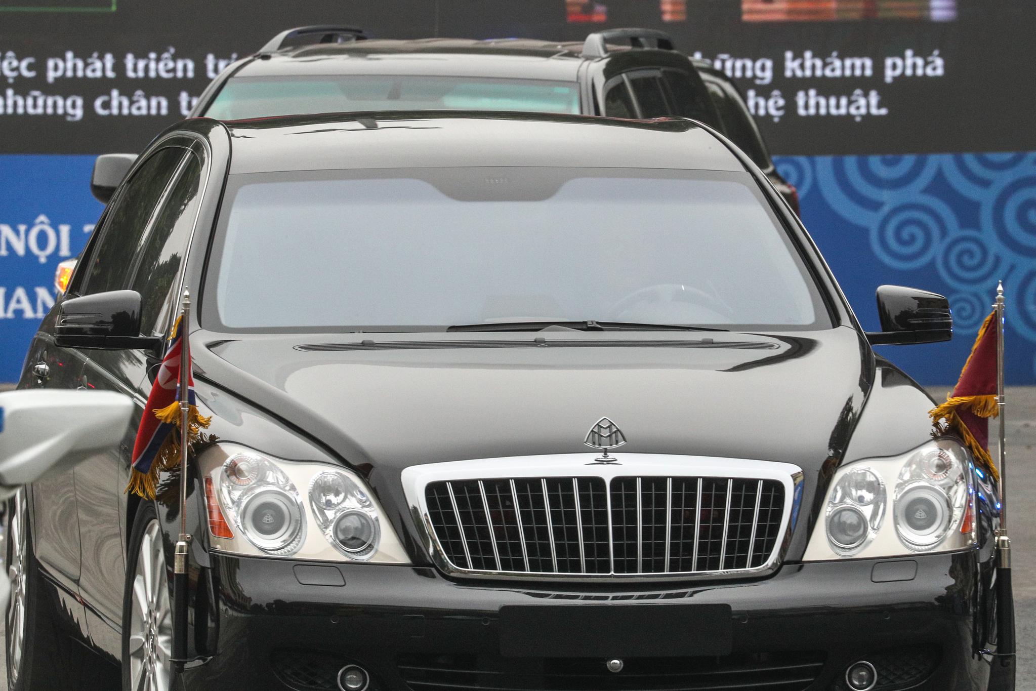 김정은 북한 국무위원장의 메르세데스 마이바흐 S600 차량. 사진은 2차 북미정상회담 당시인 지난해 2월 28일 김 위원장이 탑승한 차량 행렬이 베트남 하노이 메트로폴 호텔로 들어서고 있는 모습. 뉴스1