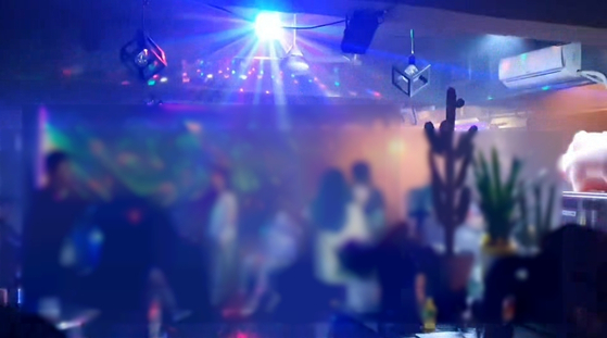 17일 오후 10시 40분쯤, 서울시 마포구의 한 음식점에서 춤을 추던 손님들이 갑자기 들이닥친 구청 직원들을 놀란 듯 보고 있다. 이가람 기자