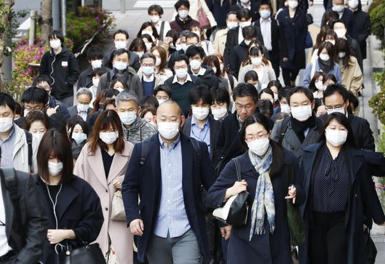 신종 코로나바이러스 감염증(코로나19) 긴급사태가 일본 전국으로 확대된 가운데 17일 오전 일본 도쿄도 주오구에서 마스크를 쓴 직장인들이 출근하고 있다.