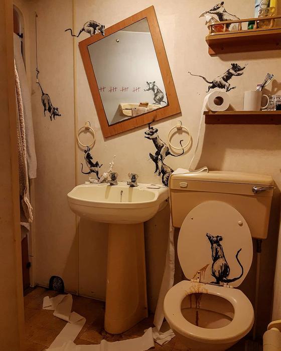지난 16일(현지시간) 영국 화가 뱅크시가 공개한 화장실에 그려진 그래피티. [사진 뱅크시 인스타그램]