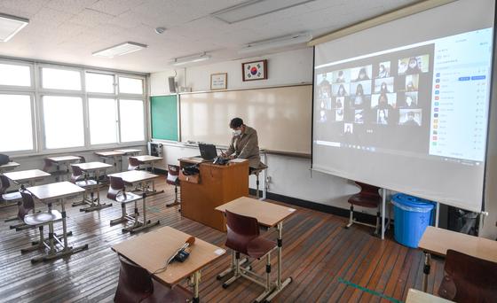 온라인 개학을 시작한 9일 서울 마포구 서울여고 교실에서 선생님이 온라인으로 조회를 열고 출석 체크하고 있다. 장진영 기자