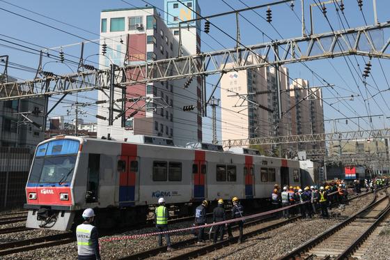 지난 14일 서울지하철 1호선 영등포역에서 신길역으로 향하던 열차가 탈선해 열차 운행이 중단됐다. 뉴스1.