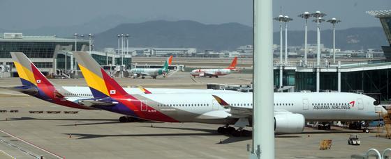 인천국제공항 1터미널에 멈춰 서있는 아시아나항공 여객기. 연합뉴스