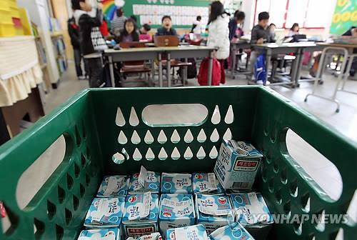 코로나 19 여파로 개학이 연기되면서 급식 우유 판로가 막혔다. 사진은 한 학교의 우유급식 모습. 연합뉴스