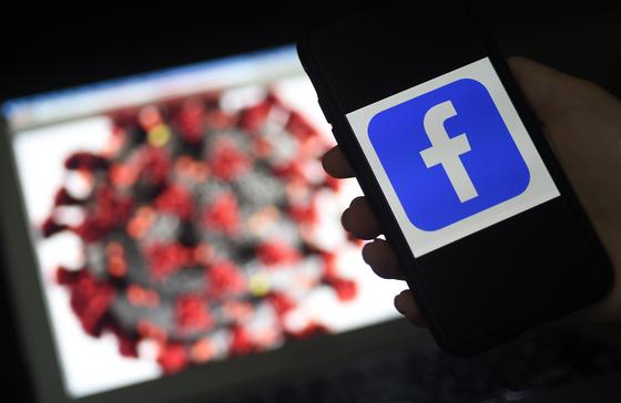 페이스북이 코로나19 관련 미확인 정보에 접촉한 이들에게 경고 알림을 보낸다. 사진 AFP=연합뉴스