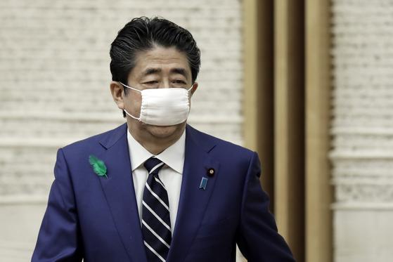 아베 신조(安倍晋三 ) 일본 총리가 착용한 정부 배포 마스크. AP 연합