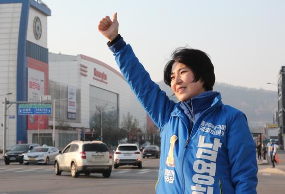 지난 14일 인천시 미추홀구 인하대역 사거리에서 남영희 더불어민주당 후보가 출근길 시민에게 인사하고 있다. 뉴스1