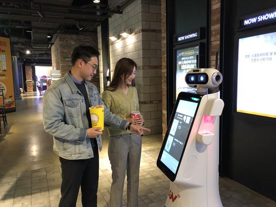 코로나19 확산 속에 20일 '언택트 시네마'를 도입한 CGV여의도 지점에서 '체크봇'을 통해 극장 정보를 확인하는 모습을 시연하고 있다. [사진 CGV]