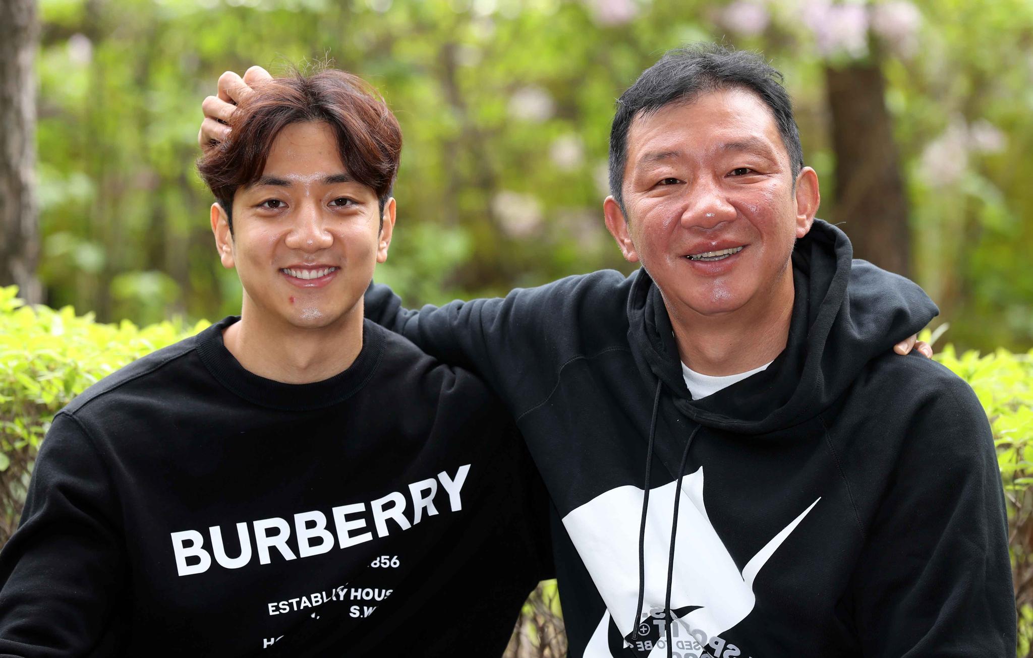 20일 프로농구 MVP를 수상한 허훈(왼쪽)과 그의 아버지 허재. 김상선 기자
