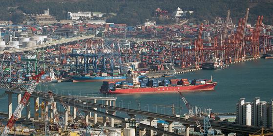 코로나19 사태 전인 지난해 12월 부산항 북항에서 출항하는 컨테이너선 모습. 뉴스1