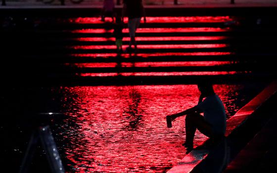 열대야가 기승을 부린 지난해 8월 밤 서울 여의도 한강시민공원 물빛광장에서한 시민이 더위를 식히고 있다. [연합뉴스]