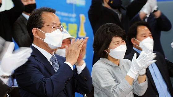 강준현 더불어민주당 세종을 후보가 지난 15일 세종시 선거사무소 상황실에서 출구조사 방송 후 환호하고 있다. 뉴스1