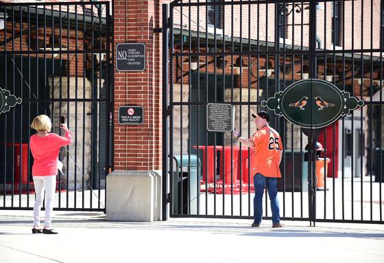 굳게 닫힌 볼티모어의 홈 구장 캠든 야즈. MLB 팬들은 2020년 입장권 환불 소송을 제기했다. [USA투데이=연합뉴스]