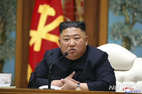 """김정은 북한 국무위원장이 최근 심혈관 수술을 받고 위중한 상태라는 소식이 21일 미 언론에 의해 보도됐으나 중국 공산당 대외연락부 관계자는 """"위중하지는 않은 것으로 판단된다""""고 로이터 통신에 말했다. [AP=뉴시스]"""