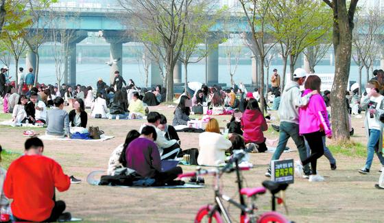 제21대 국회의원 선거일인 15일 서울 영등포구 여의도 한강공원이 봄나들이에 나선 시민들로 붐비고 있다. 연합뉴스