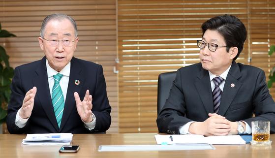 반기문 국가기후환경회의 위원장(왼쪽), 조명래 환경부 장관 대담. 변선구 기자