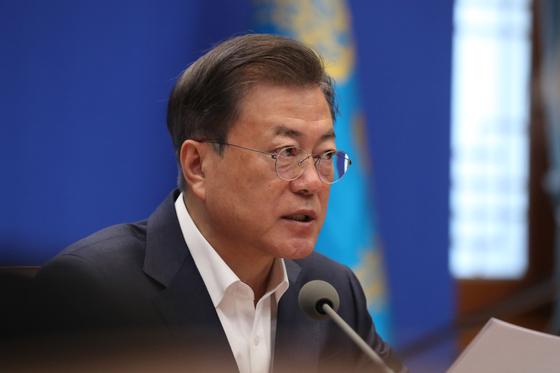 문재인 대통령이 22일 오전 청와대에서 제5차 비상경제회의를 주재하고 있다. 연합뉴스