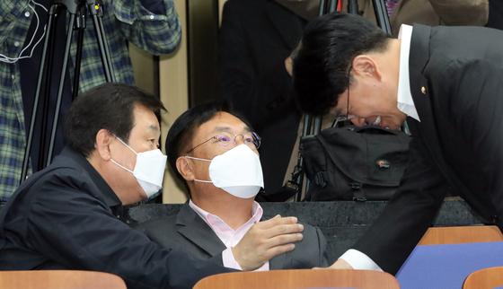 장제원 미래통합당 의원(오른쪽)이 20일 서울 여의도 국회에서 열린 비공개 의원총회에서 김무성(왼쪽)·정진석 의원(가운데)과 인사를 하고 있다 [뉴스1]