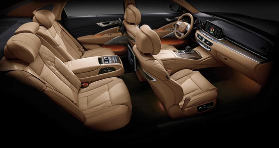 K9은 2021년형 연식 변경에서 음성인식 조작기능을 강화해 상품성을 높였다. 차 내부의 무드 조명 적용 범위가 넓어지고 앞좌석 고속 무선충전기능을 추가했다. [사진 기아자동차]