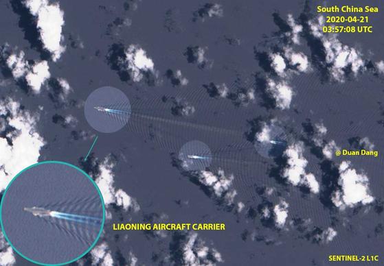지난 21일 중국 해군의 항공모함인 랴오닝함이 메이클즈필드 천퇴 근처 해역을 항해하고 있다. [출처 Duan Dang 트위터 계정]