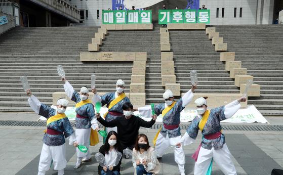 행사를 마치며 관계자들이 'Earth, Us, 얼쑤' 플래시몹을 펼치고 있다. 김성룡 기자