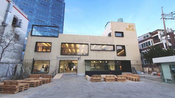 서울 성수동에 자리 잡은 공간 와디즈. 지하1층부터 지상 3층까지 총 4개층을 사용한다. 주차장 자리에도 펀딩에 나온 가구와 텐트 등을 재미있게 전시했다. 사진 와디즈