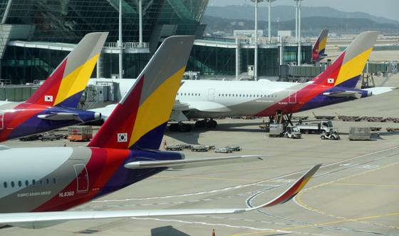 채권단이 유동성 부족에 시달리는 아시아나항공에 긴급자금을 지원하기로 했다. [연합뉴스]