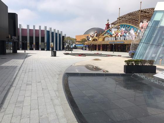 지난 18일 낮 12시 서귀포시 안덕면의 대형 리조트 '제주신화월드' 광장이 한산한 모습이다. 최충일 기자
