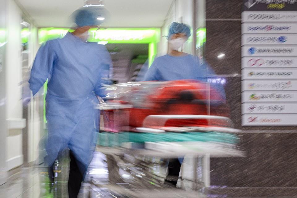 지난 13일 대구가톨릭대병원 코로나19 환자 이송팀이 환자를 음압카트에 싣고 검사실로 이동시키고 있다. 사진 대구가톨릭대학교병원