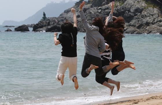 대체공휴일인 지난해 5월 6일 부산 해운대 해수욕장을 찾은 학생들이 바다 앞에서 뛰어오르며 촬영을 하고 있다.[중앙포토]