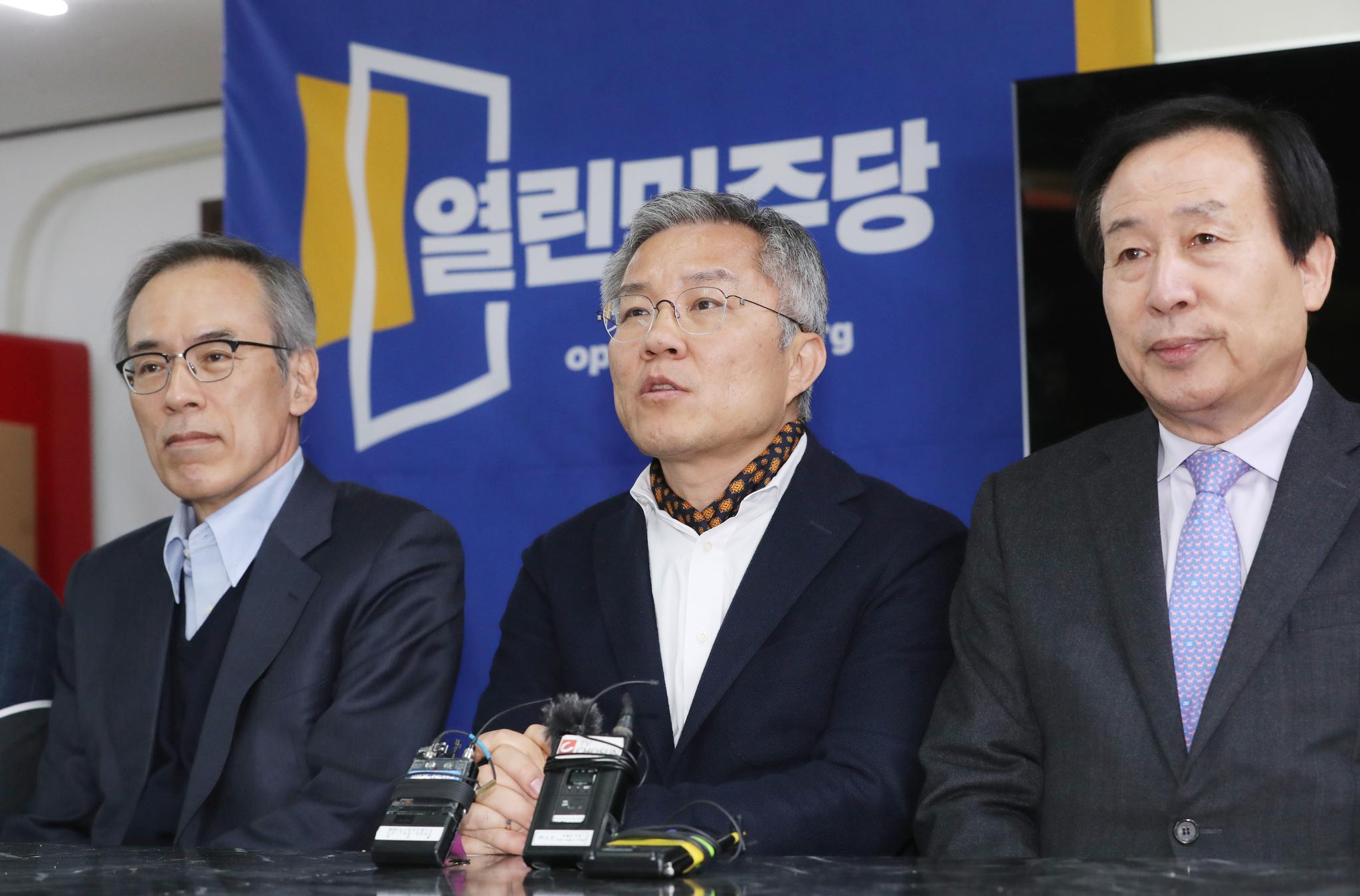 열린민주당 최강욱 비대위원장이 22일 오후 서울 여의도 당사에서 열린 비대위 첫 회의에서 발언하고 있다. 연합뉴스