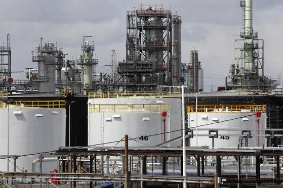 21일 미국 디트로이트시에 있는 한 정유공장 내 석유 저장시설. 코로나19로 원유 수요가 줄면서 전 세계 원유 저장시설이 꽉 차면서 국제유가가 속절없이 하락하고 있다. [AP=연합뉴스]