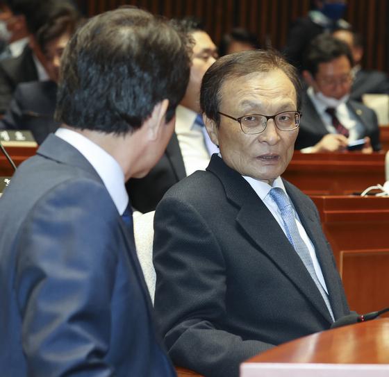 더불어민주당 이해찬 대표(오른쪽)과 이인영 원내대표가 20일 오후 국회에서 열린 의원총회에서 대화하고 있다. 임현동 기자
