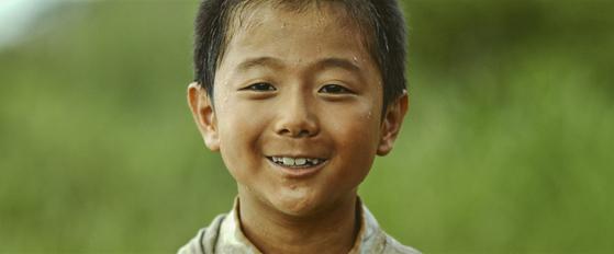 30일 개봉하는 영화 '저 산 너머'. 고 김수환 추기경의 7살적 가난했던 어린시절 성장담을 그렸다. '오세암'의 고 정채봉 작가의 동명 도서가 원작이다. [사진 리틀빅픽처스]