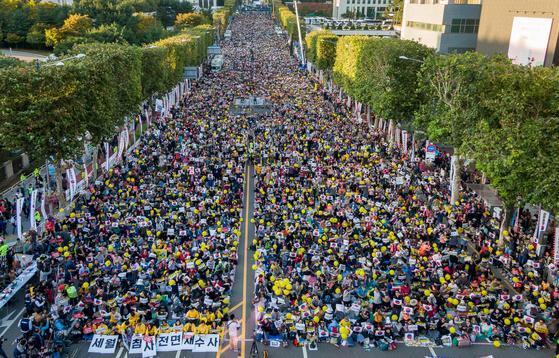 지난해 10월 제9차 검찰개혁 촛불문화제가 열린 서울 서초구 대검찰청 앞에서 시민들이 '조국 수호·검찰개혁'을 촉구하고 있다. [뉴스1]