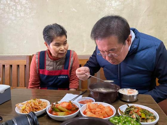 박원순 서울시장이 신종 코로나바이러스 감염증(코로나19) 사태로 매출이 줄어든 서울의 자영업자들을 방문하고 있다. 사진=박원순 서울시장 페이스북
