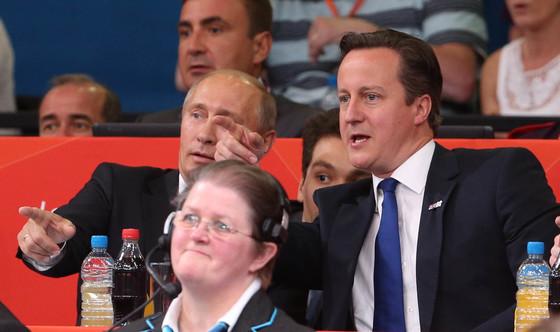 2012년 8월 블라디미르 푸틴 러시아 대통령(왼쪽)과 데이비드 캐머런 영국 총리가 런던 엑셀 노스 아레나를 찾아 유도 경기를 관람하는 모습.[ 올림픽사진공동취재단 ]