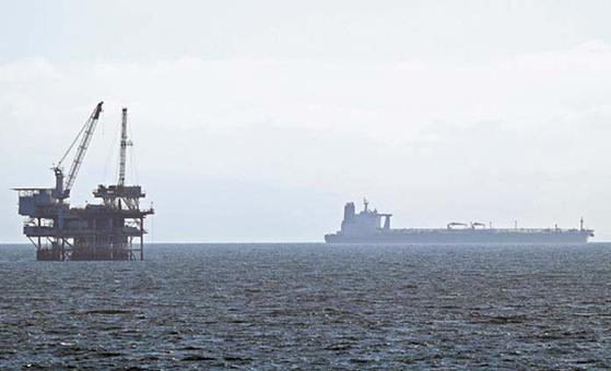 서부 텍사스유(WTI)가 사상 최초로 마이너스에 거래됐다. 사진은 20일 미국 캘리포니아 헌팅턴 비치 해안에서 바라본 원유 및 가스 생산·시추 설비인 해양플랜트의 모습. [AFP=연합뉴스]
