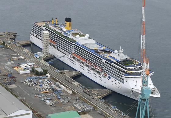 21일 일본 나가사키항에 정박해 있는 크루즈선 '코스타 아틀란티카'호. [교도=연합뉴스]