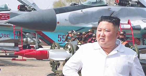 김정은 북한 국무위원장이 심혈관 수술 후 심각한 위험에 빠졌다고 미국 CNN방송이 20일(현지시간) 보도했다. 사진은 지난 12일 조선중앙TV가 보도한 김 위원장의 모습. 김정은 북한 국무위원장이 서부지구 항공 및 반항공사단 관하 추격습격기연대를 시찰했다고 보도했다. [연합뉴스]