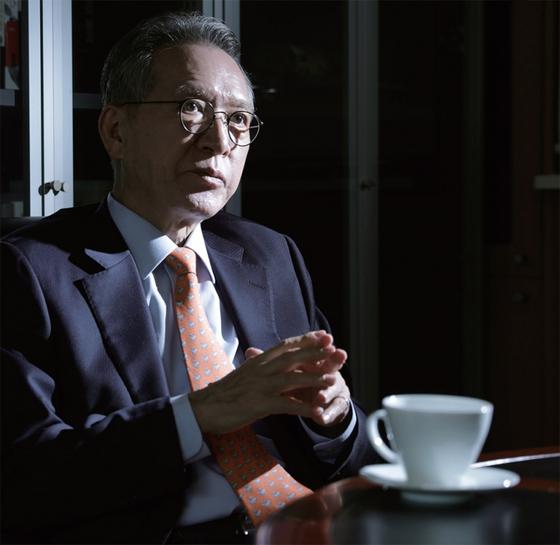 """김형오 전 미래통합당 공천관리위원장이 4월 16일 월간중앙과의 인터뷰에서 '보수 사람들만 가지고는 선거에서 못 이긴다""""면서 '중도까지 품을 방법을 찾아야 한다""""고 강조했다."""