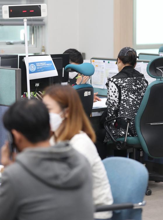 지난 20일 서울 종로구 소상공인시장진흥공단 서울중부센터에서 민원인들이 대출 상담을 하고 있다.연합뉴스