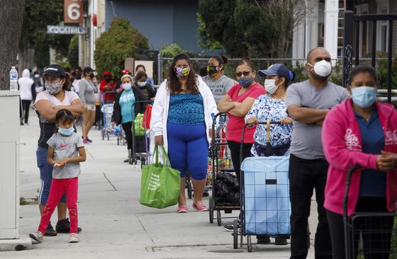 지난 17일 미국 캘리포니아주에서 무료 식품을 받기 위해 사람들이 줄을 서 있다. 3시간 동안 줄을 선 사람은 1000명이 넘었다. [EPA=연합뉴스]