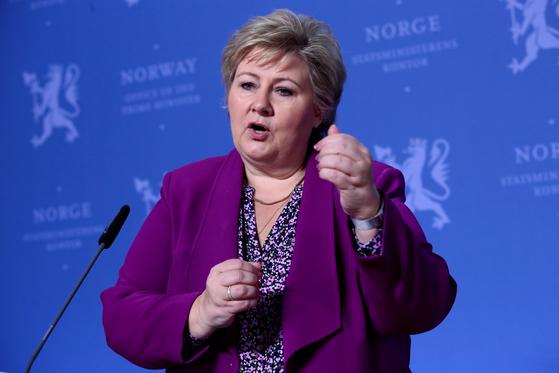 에르나 솔베르그 노르웨이 총리가 3월 16일 노르웨이 오슬로에서 기자회견을 열고 어린이의 질문에 답하고 있다. [로이터=연합뉴스]