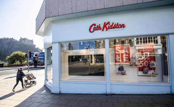 지난 21일 영국의 한 라이프 스타일 브랜드 매장에 50%세일 안내 문구가 붙어있다. [AP=연합뉴스]